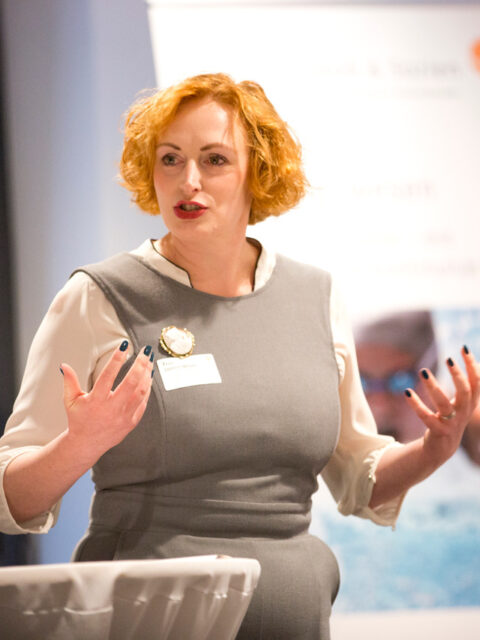 Jasmin Möser ist als Key Note Speakerin buchbar: offen und lebendig spricht sie über Unternehmen in Schwierigkeiten und Lösungen aus der Sackgasse